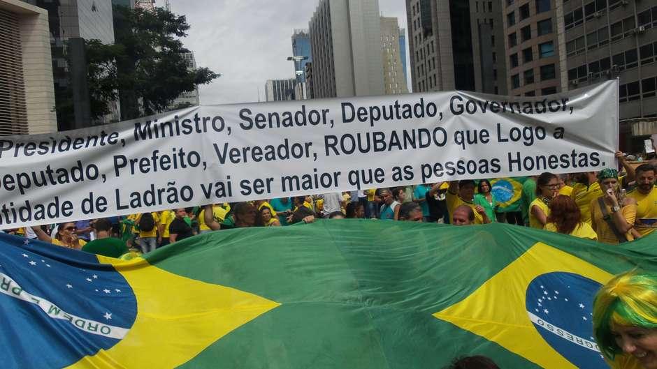 São Paulo (SP) -manifestantes seguram faixadurante protesto na Avenida Paulista Foto: Janaína Garcia