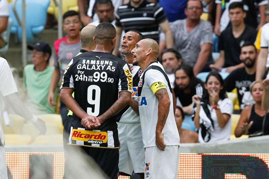 Jogo começou tenso, com discussões e faltas duras Foto: Roberto Filho / Agência Eleven