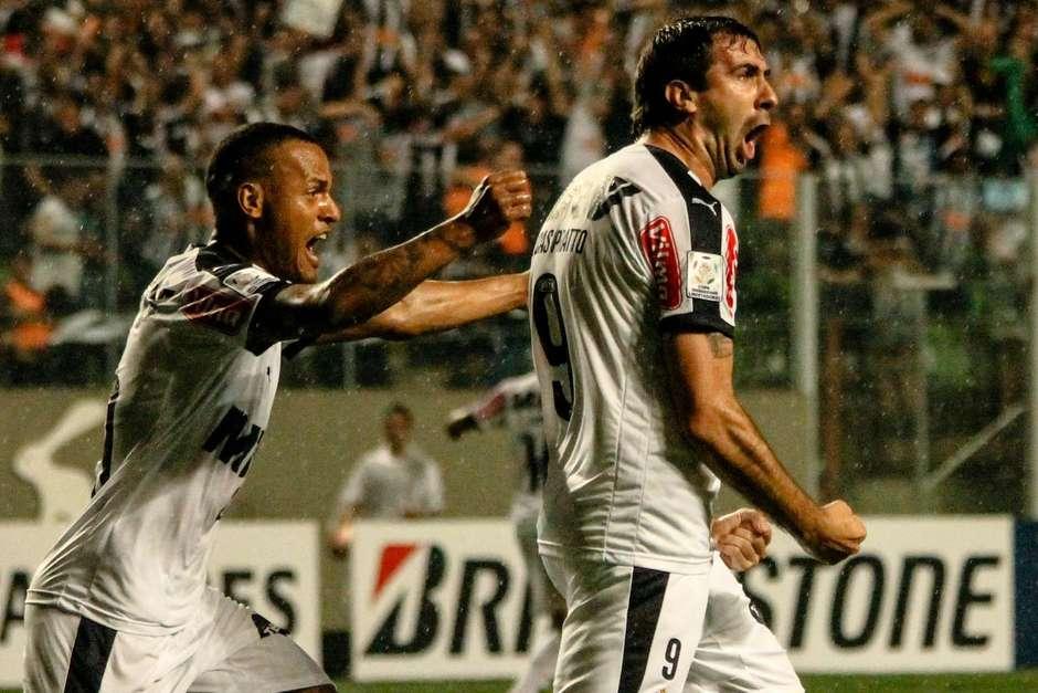 Lucas Pratto recebeu passe de Patric e fez o primeiro gol do Atlético-MG Foto: Denis Dias / Gazeta Press