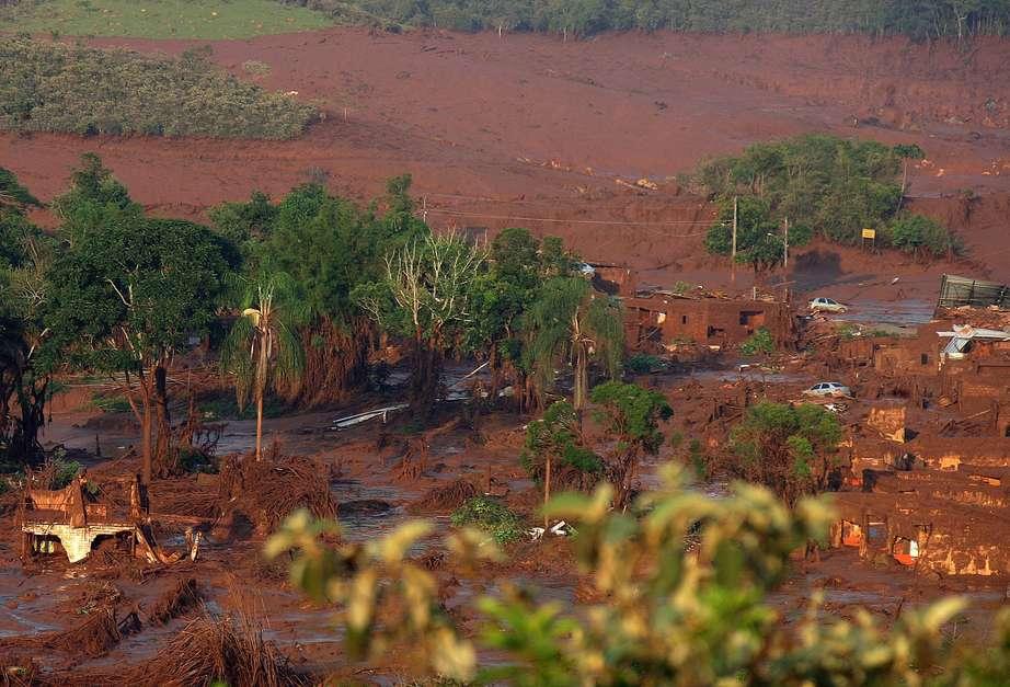 Duas barragens pertencentes à mineradora Samarco se romperam na tarde dessa quinta-feira (5), no distrito de Bento Rodrigues, zona rural a 23 quilômetros de Mariana, em Minas Gerais, e inundaram a região com lama, rejeitos sólidos e água usados no processo de mineração Foto: Juliana Duarte/Secretário de Saúde de Mariana / EFE