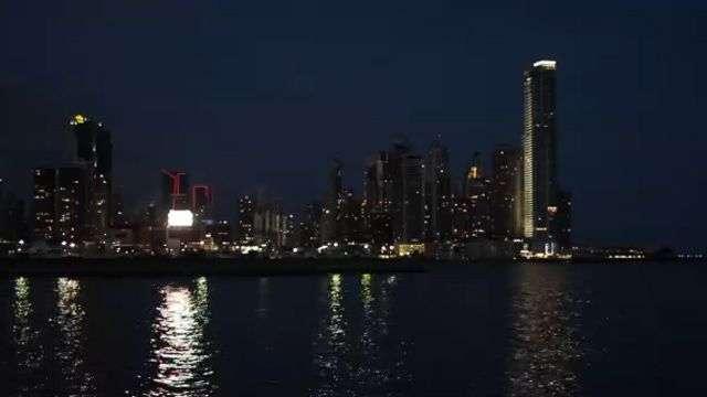 Panamá, panorama de arranha-céus domina o horizonte