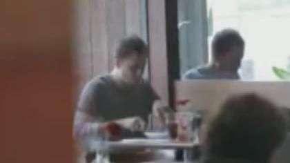 Tiago Leifert é visto sozinho em restaurante da Barra