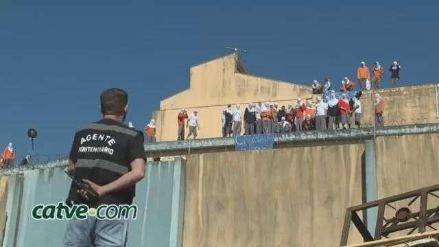 Imagens mostram presos sendo jogados do telhado da PEC