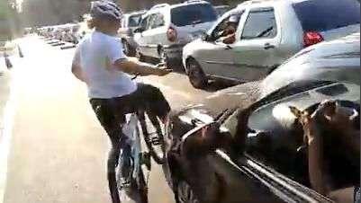 Mulher invade ciclovia e coloca vida de ciclistas em risco