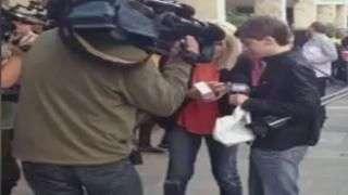 Comprador do primeiro iPhone 6 derruba aparelho no chão