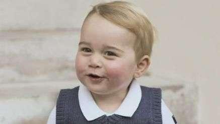 Príncipe George posa sorridente para fotos de Natal