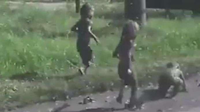 E agora? Crianças surpreendem mulher após um mergulho na lama