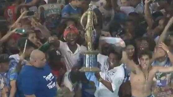 Com troféu, Neguinho comemora título na quadra da Beija-Flor