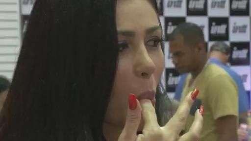 Miss Bumbum evangélica testa produtos eróticos para fiéis
