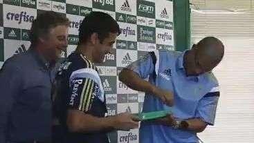 Homenagem! Robinho e Alex recebem placas por golaços em Ceni