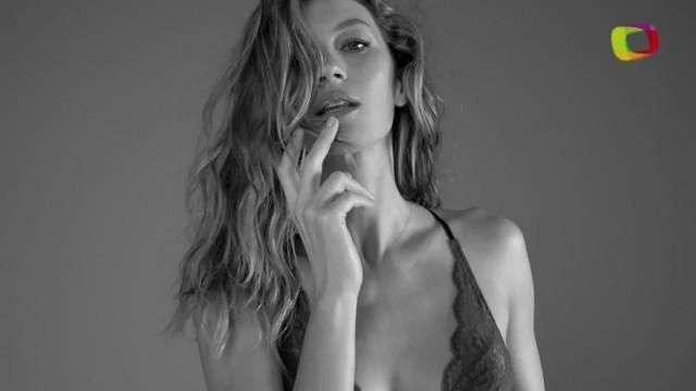 Gisele Bündchen posa com novos modelos de sua linha de lingerie