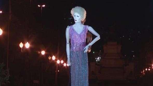 Inspirado em Marlene Dietrich e na música La Vie en Rose, Fause Haten faz desfile teatral e diferente