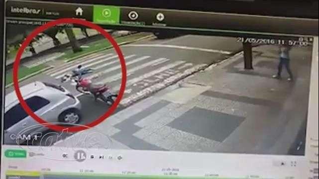 """Vídeo: mulher """"nasce de novo"""" ao escapar de atropelamento em Maringá"""