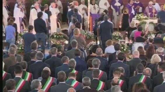 Itália vive dia de luto por funeral em massa de vítimas do terremoto