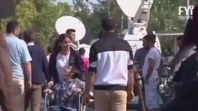 Refugiada síria escapa da guerra em cadeira de rodas