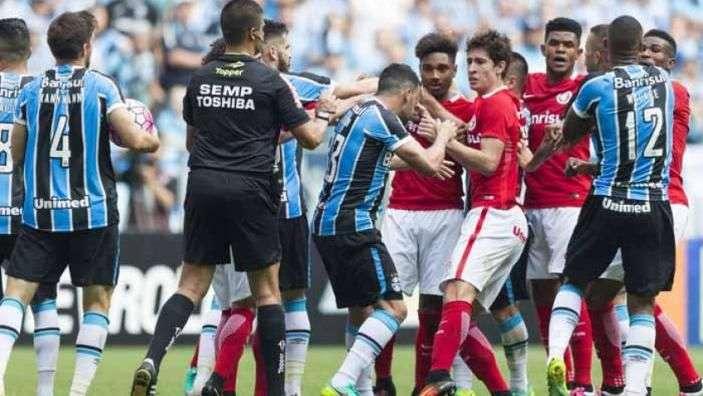 Em jogo cheio de brigas e confusões, Grêmio e Inter ficam no 0 a 0