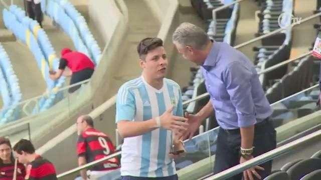 Tite vai ao Maracanã para assistir partida entre Flamengo e Corinthians e é tietado