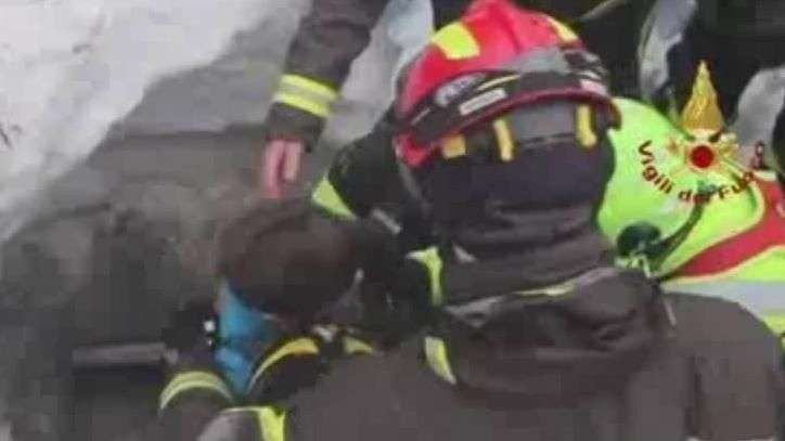 Itália: achados 10 sobreviventes em escombros após avalanche