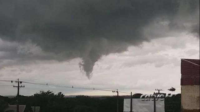 Nuvem em forma de funil é vista no céu de Umuarama
