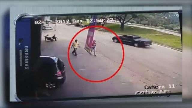 Flagrante: pneu se solta e atinge pedestre na calçada