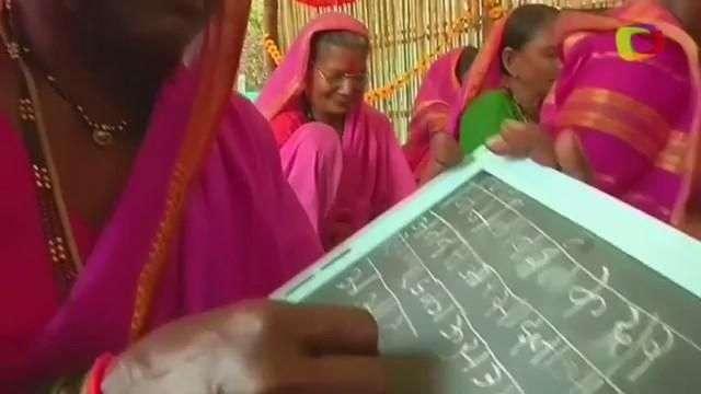 Vovós aprendem a ler e escrever em vilarejo na Índia