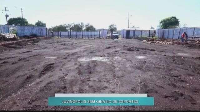 Sem ginásio, alunos de Juvinópolis tem aula de educação física no estacionamento