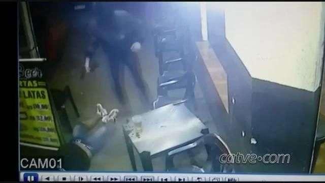 Câmeras de segurança registram momento que homem é morto com 60 tiros