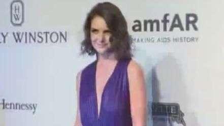Em SP, Katie Holmes participa de baile pela cura da Aids