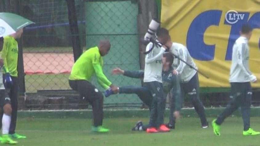 Chuva, sarrada e trote! Jailson é artilheiro de rachão e tira onda no Palmeiras