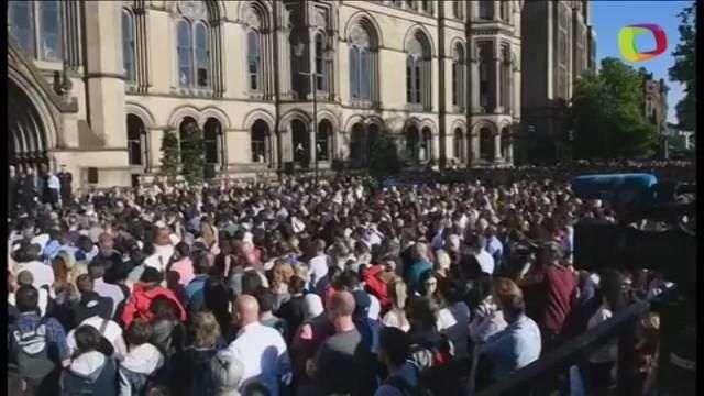 Milhares prestam homenagem às vítimas de atentado terrorista