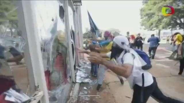 Manifestantes atacam Ministério em protesto contra Temer