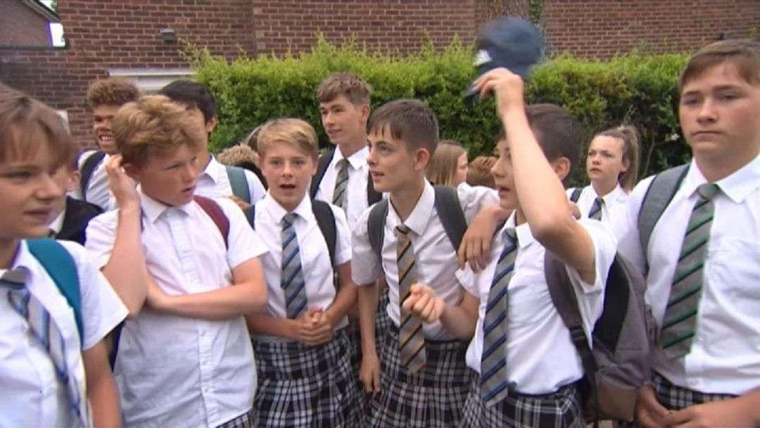Meninos usam saias para protestar contra proibição de bermudas em escola