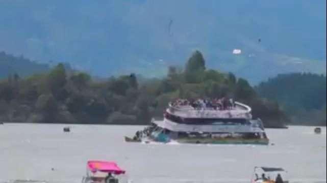 Embarcação com 150 pessoas naufraga em Guatapé, na Colômbia