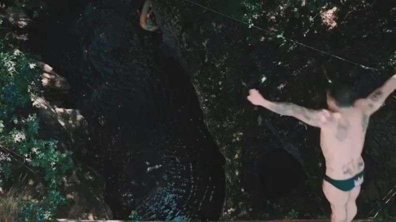 Atleta salta 21 metros entre rochas de cânion italiano
