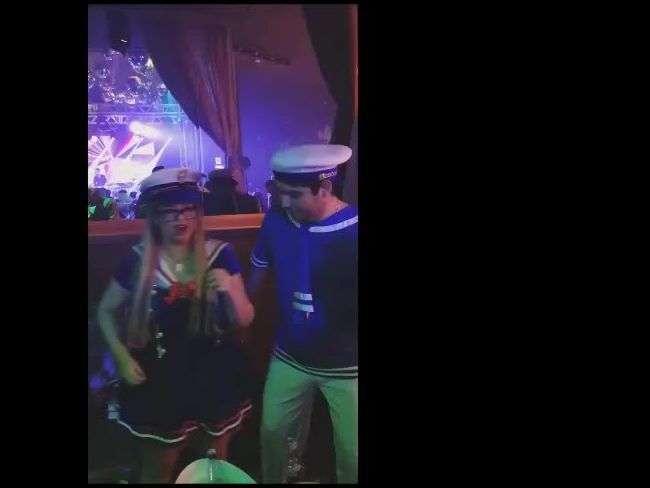 Marília Mendonça e noivo vão a festa vestidos de marinheiros