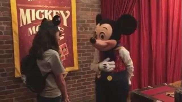 Mickey faz surpresa e avisa crianças que elas serão adotadas