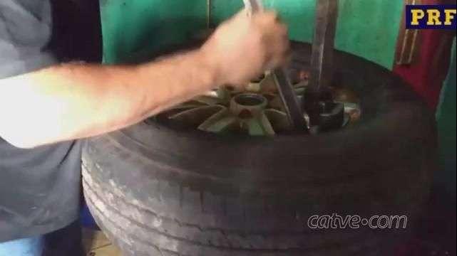 Homem é preso com 125 celulares escondidos dentro de pneu