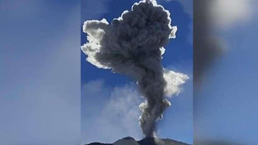 Vulcão expele cinzas 4 mil metros acima de sua cratera