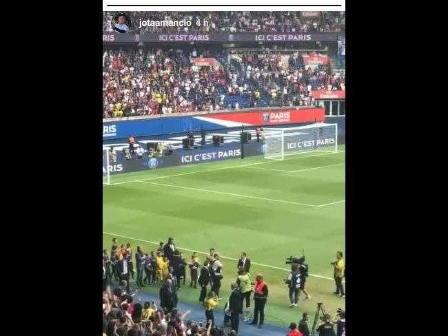 Neymar quebra o protocolo ao ser apresentado no PSG