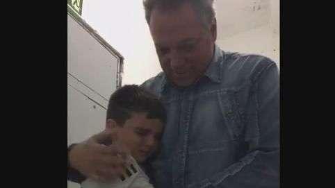 Garoto ponte-pretano dá abraço emocionado em Abel Braga