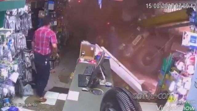 Caminhão perde o freio, invade loja e fere mulher; veja