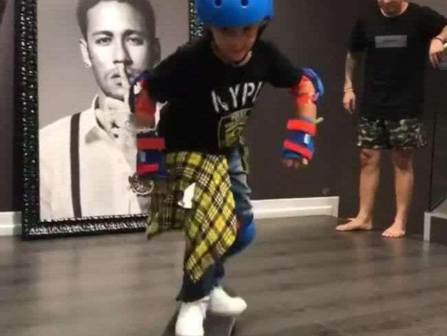 Neymar ensina o filho, Davi Lucca, a andar de skate na sala de casa em Barcelona
