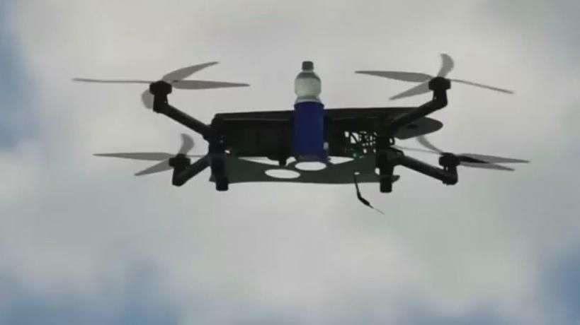 Empresa entrega bebidas com drone à beira-mar