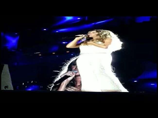 Descalça, Gisele Bündchen chora e canta com Ivete Sangalo