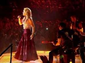 Shakira lança clipe cantando Metallica