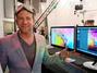 Fotógrafo flutua entre nuvens coloridas em ação de marketing