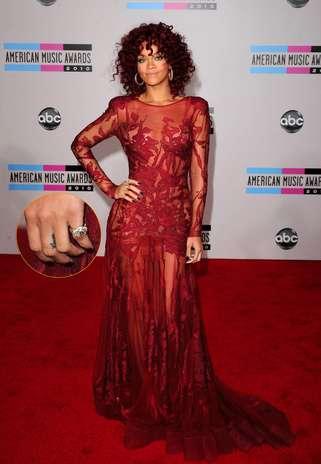 """A palavra """"Love"""" fica entre os dedos da mão de Rihanna, e quase passa despercebido Foto: Getty Images"""
