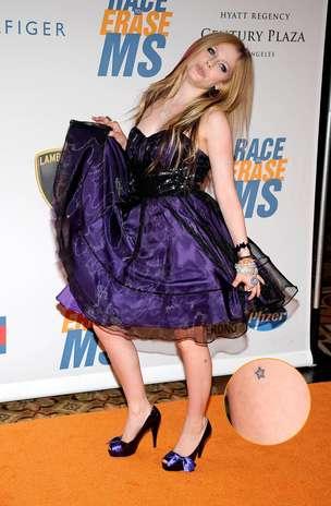 Outra adepta da estrelinha é a cantora Avril Lavigne; o desenho tem o contorno preto e a parte interna pintada de azul Foto: Getty Images