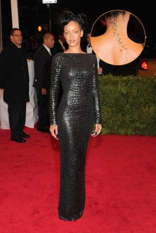 A cantora Rihanna não esconde sua paixão por tatuagens - ela tem várias espalhadas pelo corpo; nas costas, um caminho de pequenas estrelas que sobe rumo à nuca Foto: Getty Images