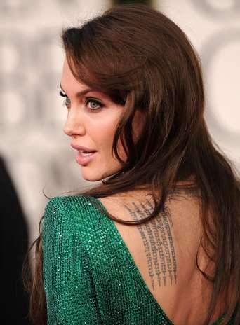 """Angelina Jolie, que faz o estilo mais """"fatal"""", tem várias tatuagens pelo corpo e em lugares que geralmente ficam expostos Foto: Getty Images"""